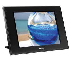 SONY Digitálny fotorámik DPF-D80B + Pamäťová karta SD 2 GB + Aplikátor pre cistenie digitálneho fotorámceka + Mini digitálny rámik 2,4